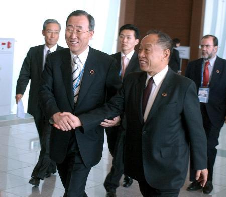 图文:李肇星与韩国外交通商部长官潘基文握手