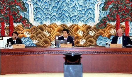 图文:韩国总统卢武铉主持APEC第13次领导人会议