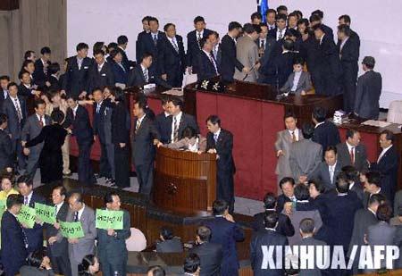 组图:韩国国民议会打成一团