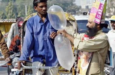 组图:印度艾滋病防治工作者街头吹安全套