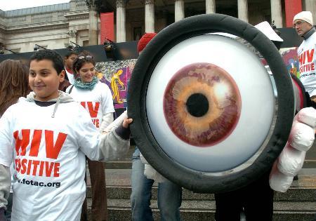 图文:孩子们拿着象征关注的眼睛模型进行宣传