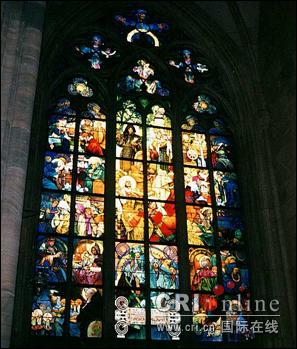 图文:布拉格城堡维塔大教堂口彩色的玻璃