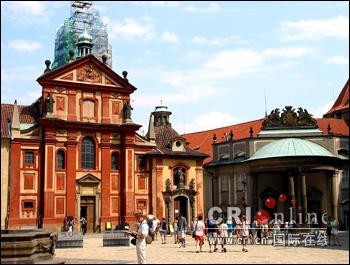 图文:布拉格圣乔治教堂前的广场
