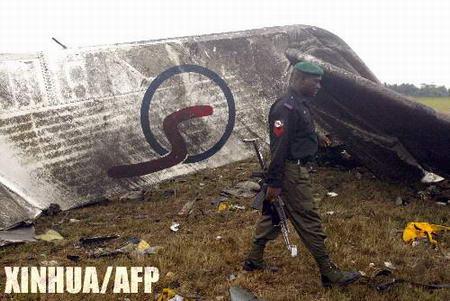 图文:警察从飞机残骸旁走过