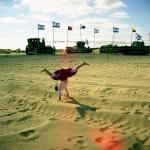 图文:以色列小女孩在沙丘地上玩耍