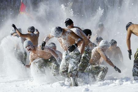 图文:韩国海军士兵接受耐寒训练