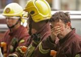 图文:伦敦消防员在爆炸现场潸然泪下