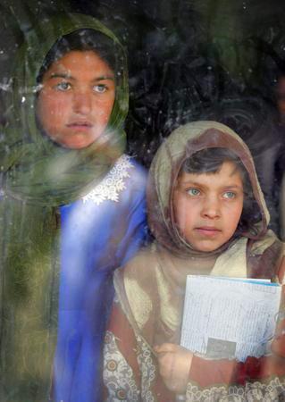 圖文:阿富汗流浪兒看著窗外