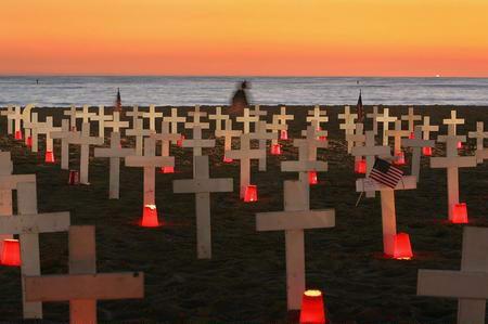 圖文:美海灘插滿十字架紀念戰死的美軍士兵