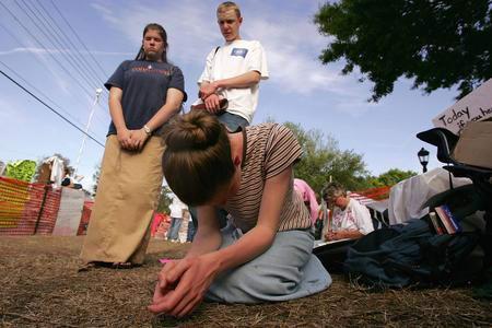 圖文:美國女孩為女植物人祈禱