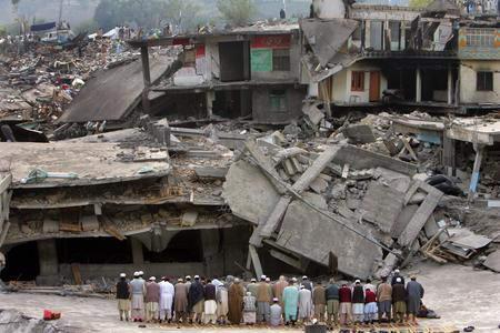 圖文:巴基斯坦人在清真寺廢墟前做祈禱