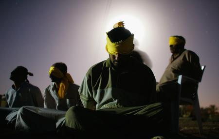 圖文:美軍俘虜被綁起來蒙上眼罩坐在地上
