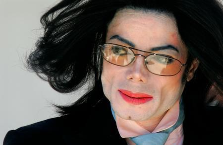圖文:邁克爾-傑克遜離開了法庭