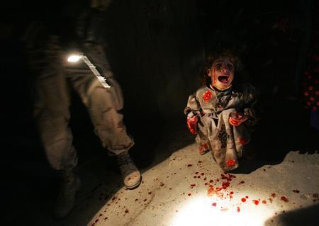 图文:被美军打死父母的小女孩坐在地上哭泣