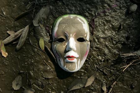 图文:卡特里娜飓风过后埋在泥土里的面具