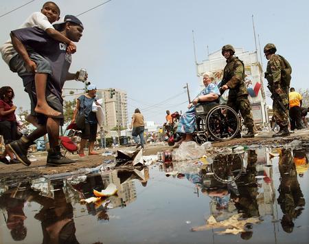 图文:美国陆军国民警卫队士兵协助飓风受害者
