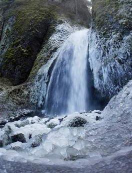 图文:美国冰雪天气导致瀑布结冰