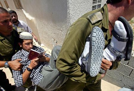 图文:以色列士兵将一名犹太定居者抬走