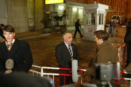 图文:沙龙的发言人吉辛接受媒体采访