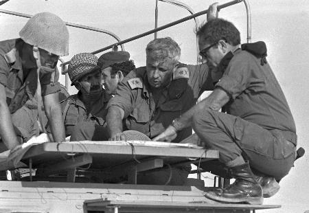资料图片:沙龙在西奈半岛与军官们讨论军情