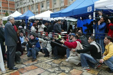 图文:数百名记者冒雨采访院长什洛莫
