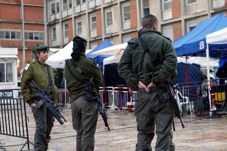 图文:3名荷枪实弹的以色列士兵在执勤戒备