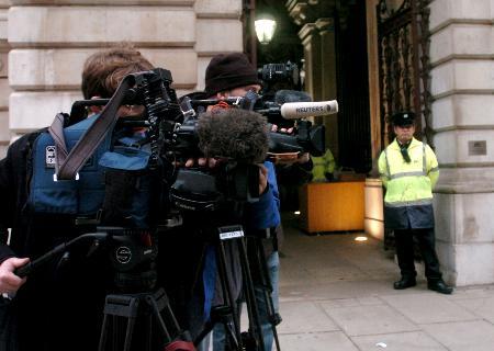 图文:电视记者在英国外交部外拍摄