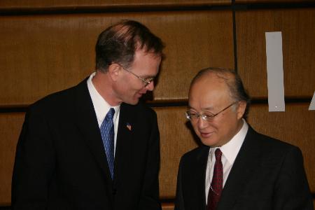 图文:美国驻国际原子能机构大使出席会议