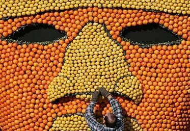 法国芒通柠檬节展出巨大水果面具