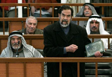 图文:萨达姆出庭接受审判