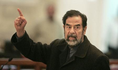 图文:伊拉克前总统萨达姆出庭接受审判