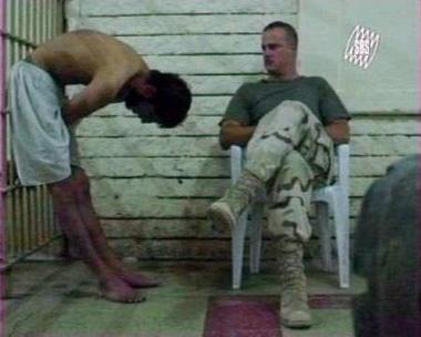 图文:在押囚犯向美军士兵鞠躬