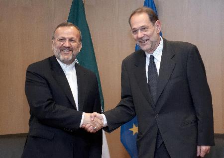 图文:伊朗外长与索拉那握手