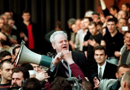 资料图片:米洛舍维奇对参加集会的支持者讲话