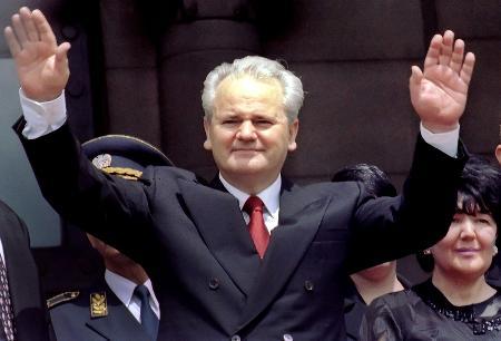 资料图片:米洛舍维奇向支持者致意