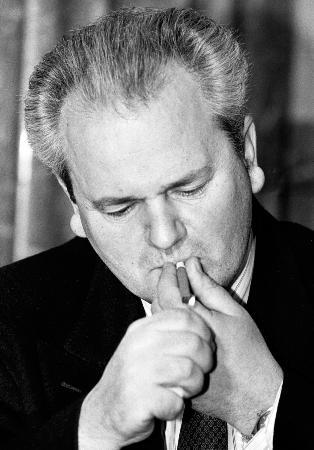 资料图片:米洛舍维奇在贝尔格莱德点燃雪茄