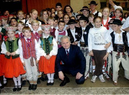图文:米洛舍维奇出席一次儿童活动