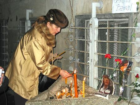 图文:贝尔格莱德市民悼念米洛舍维奇