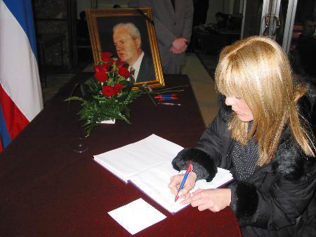 图文:贝尔格莱德女市民签名悼念米洛舍维奇