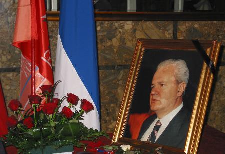 图文:人们摆上花束和遗像悼念米洛舍维奇