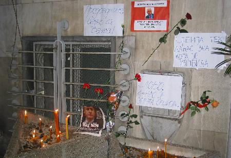 图文:人们点上蜡烛悼念米洛舍维奇