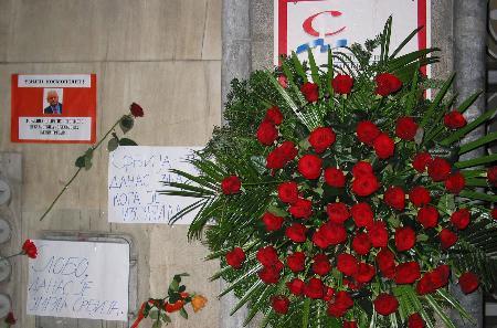 图文:人们摆上花束写下留言悼念米洛舍维奇