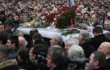 图文:人们簇拥着米洛舍维奇的灵车缓缓前进