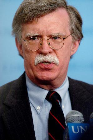 图文:博尔顿在纽约联合国总部接受记者采访