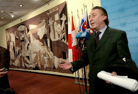 图文:阿根廷常驻联合国代表马约拉尔回答提问