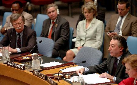 图文:博尔顿听取阿根廷常驻UN代表宣读声明