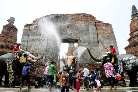 组图:泰国欢度泼水节