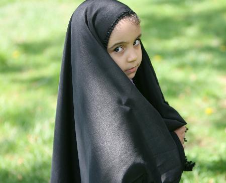 图文:小女孩在前国王巴列维的王宫花园内嬉戏