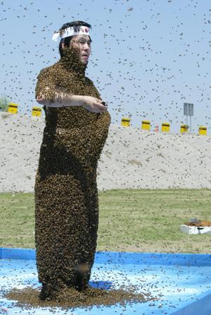 组图:韩国男子引数万只蜜蜂上身誓言保卫独岛