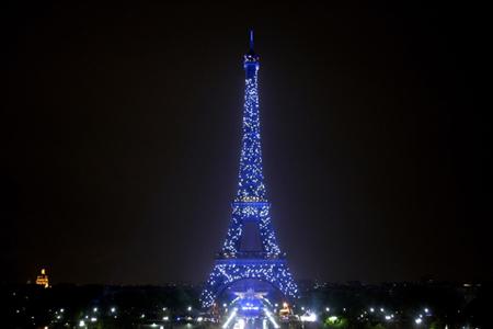组图:巴黎埃菲尔铁塔盛装庆祝欧洲日